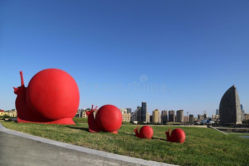 Sculture nel parco vicino alla costruzione di Heydar Aliyev Cultural Center immagini stock