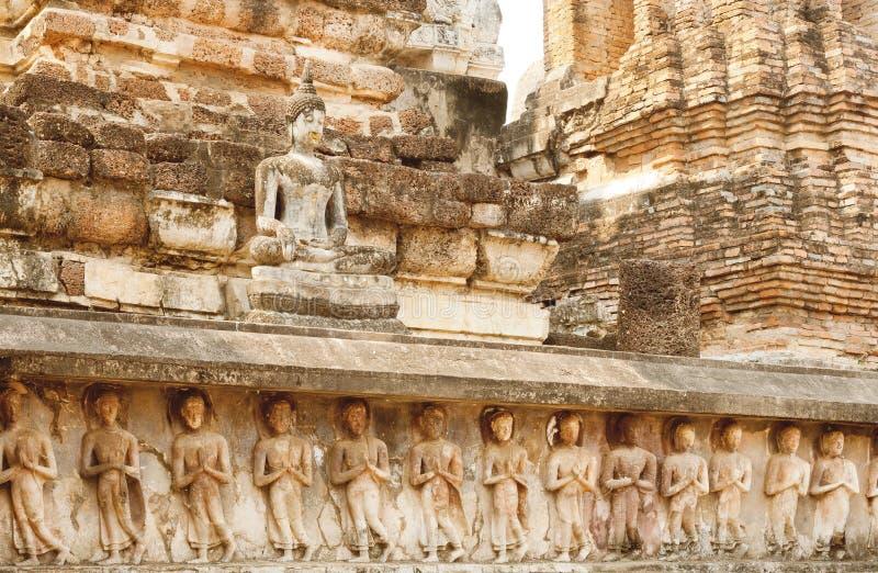 Sculture, pareti scolpite del tempio e corpo di Buddha al parco storico di Sukhothai, Tailandia fotografia stock libera da diritti