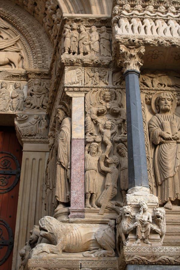 Sculture romaniche e bestie sul portale ad ovest della chiesa della st Trophime fotografia stock