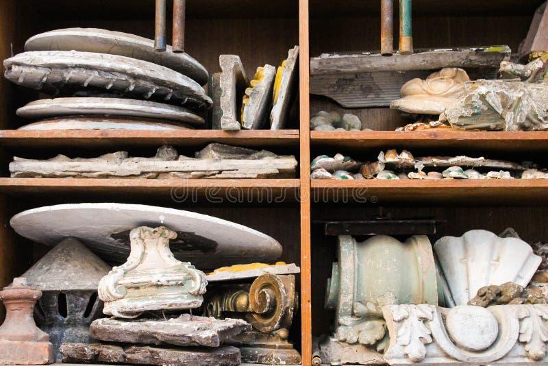 Sculture rotte in un museo marcio fotografia stock