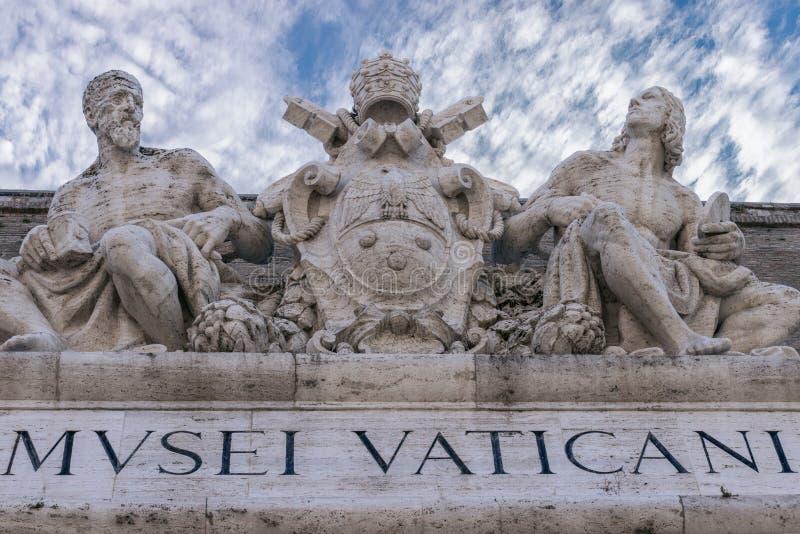 Sculture sopra un'entrata ai musei Musei Vatic del Vaticano fotografia stock libera da diritti