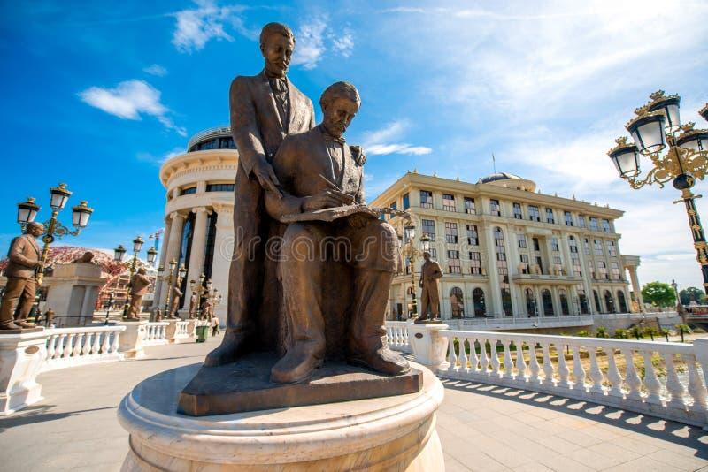 Sculture sul ponte di arte a Skopje immagini stock libere da diritti
