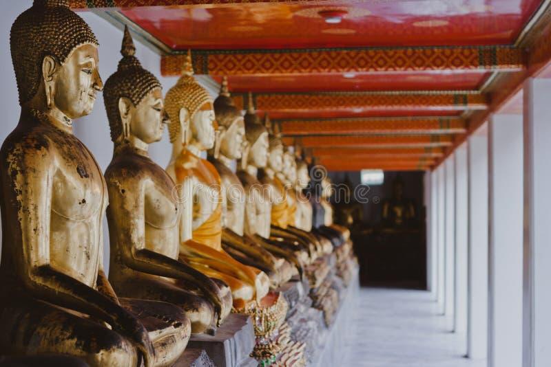Sculture tradizionali della Tailandia Buddha, Buddhas nel tempio immagine stock libera da diritti
