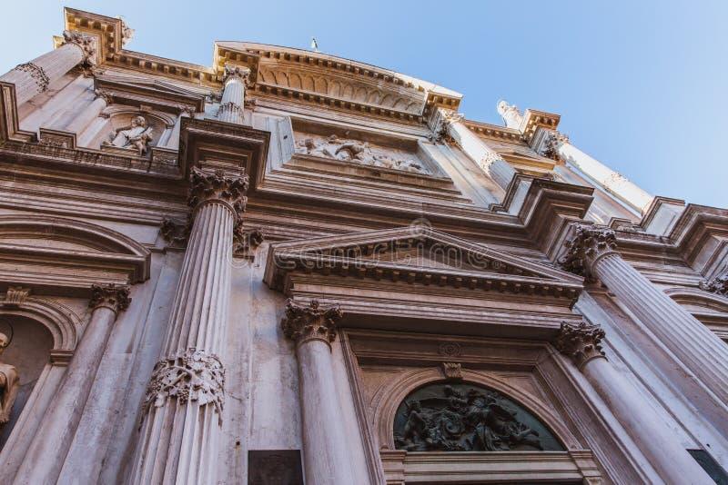 Scuola重创的二圣马尔谷教堂的上部排在威尼斯,意大利,设计由有白色大理石象和细节的彼得罗博林尼 免版税图库摄影