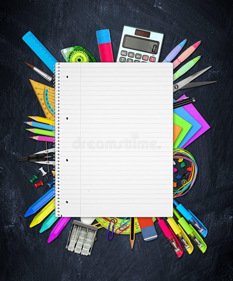 Scuola/articoli per ufficio sulla lavagna immagine stock libera da diritti