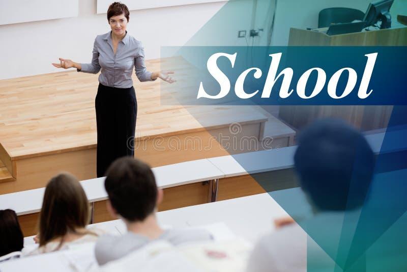 Scuola contro l'insegnante che sta parlante con studenti fotografie stock
