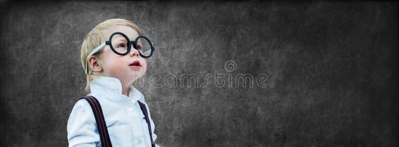 Scuola della parte posteriore di concetto del bordo segnante del bambino prodigio fotografia stock libera da diritti