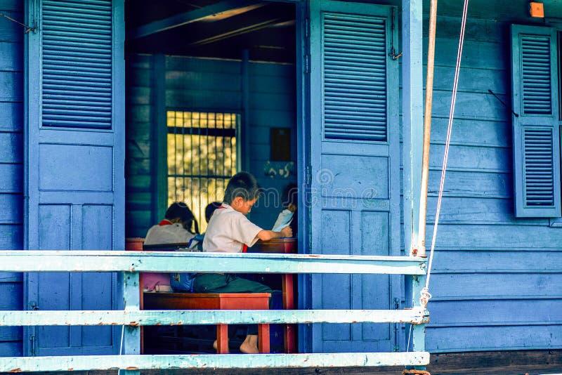 Scuola di galleggiamento sul lago della linfa di Tonle immagine stock libera da diritti