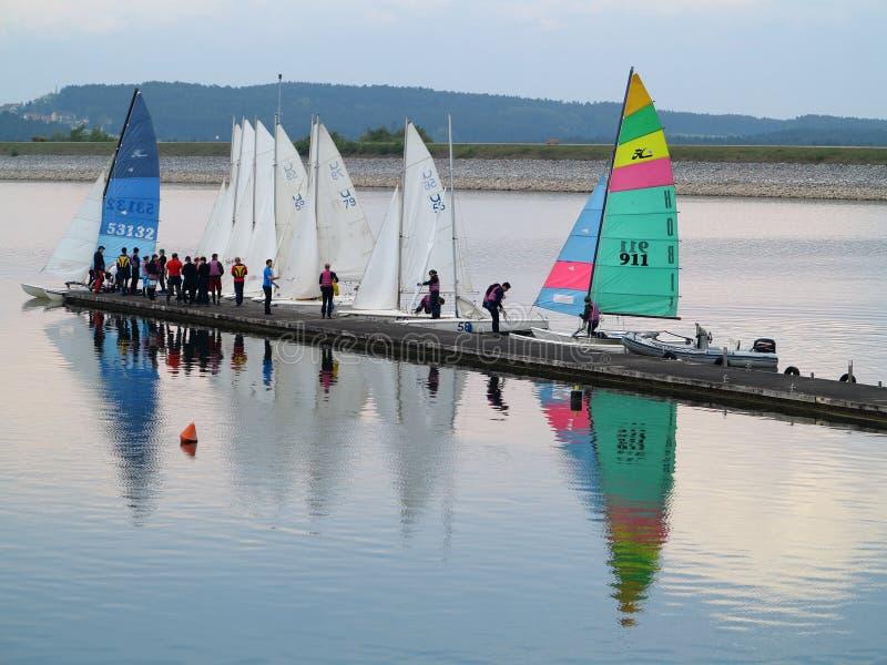 Scuola di navigazione nel lago fotografia stock