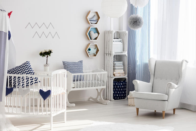 Scuola materna con la sedia e la culla bianche fotografie stock libere da diritti