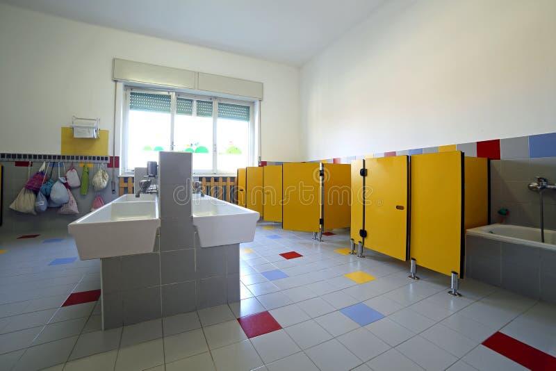 Scuola materna del bagno con i lavandini ed il bagno ceramici immagine stock immagine di - Tette bagno scuola ...