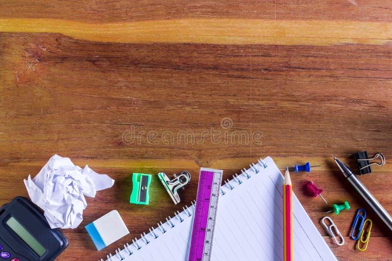 Scuola o articoli per ufficio sopra la Tabella di legno fotografie stock libere da diritti