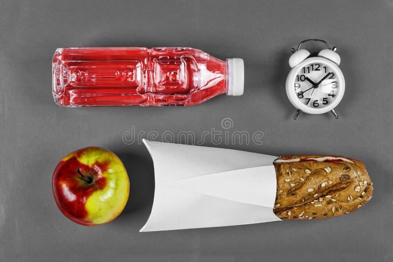Scuola, spuntino, concetto sano dell'alimento, panino, pranzo, pasto, composizione piana in disposizione, in condizioni ambiental fotografia stock