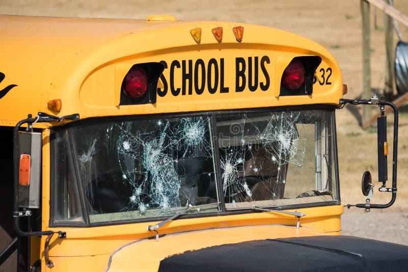 Scuolabus aumentato vertiginosamente con i fori di pallottola dopo la fucilazione immagini stock libere da diritti
