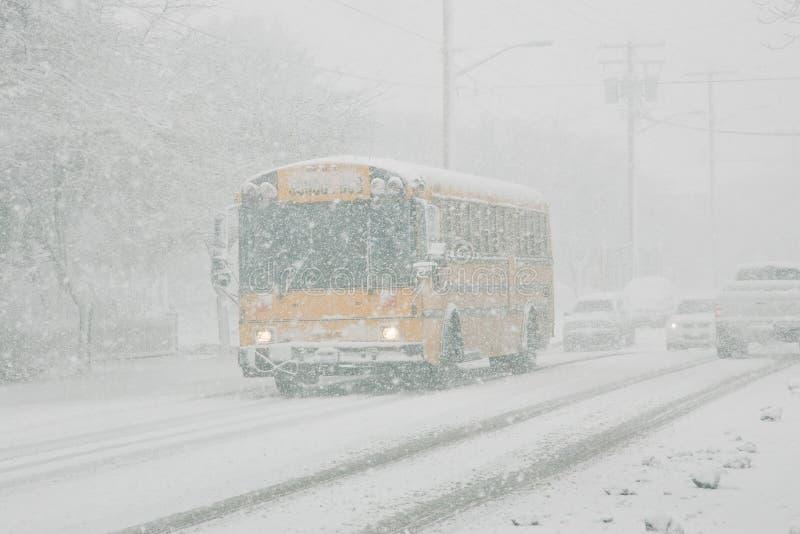 Scuolabus nella tempesta della neve immagine stock libera da diritti