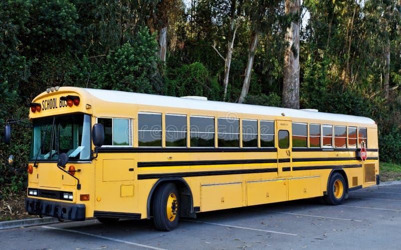 Scuolabus parcheggiato fotografia stock libera da diritti