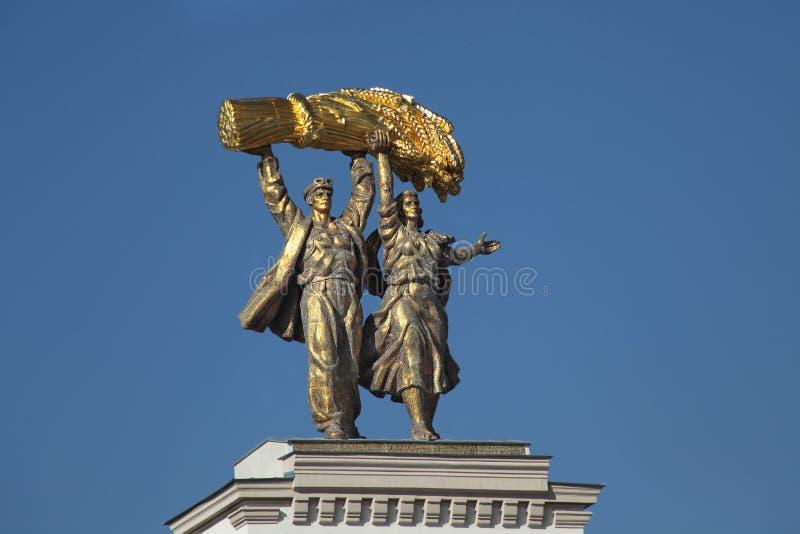 Scuplturedecor bovenop Ingangspoort aan VDNH VVC, Moskou royalty-vrije stock afbeeldingen