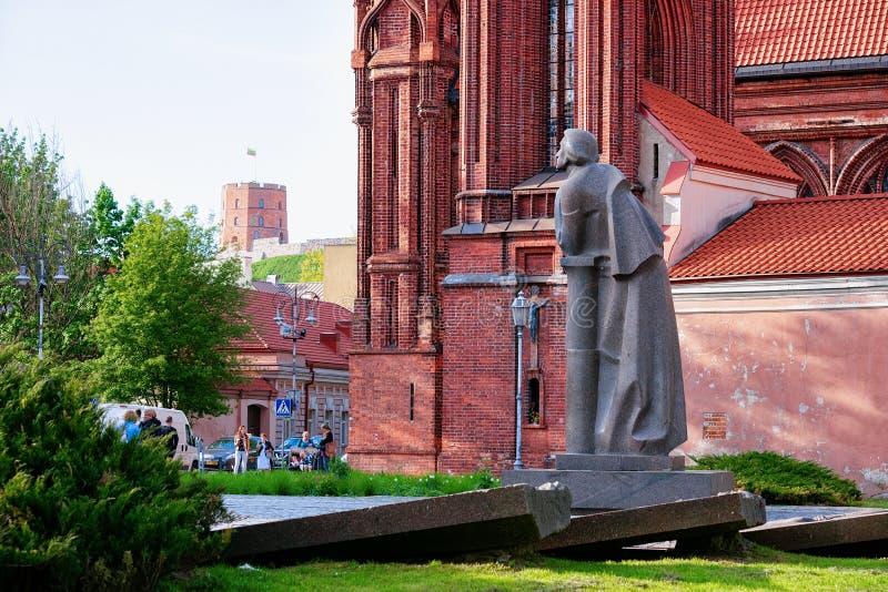 Scupture von Mickiewicz an St. Anne Church in Vilnius Litauen stockbild
