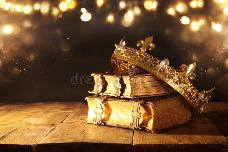 scuro di belle regina/corona di re sui vecchi libri Annata filtrata periodo medievale di fantasia immagine stock