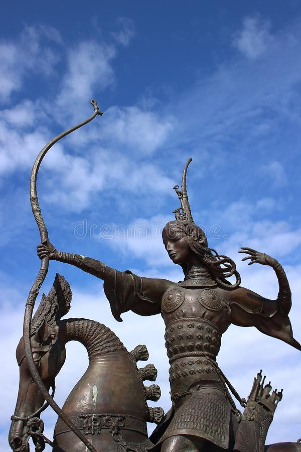 Scythiankoningin die op horseback een boog en een pijl van een plastisch ensemble schieten stock afbeeldingen