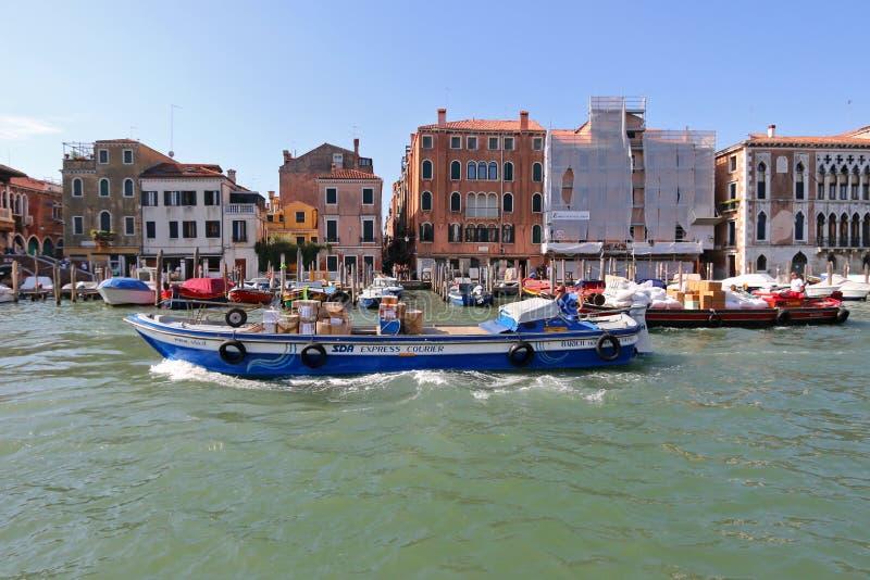 SDA Wyrażają kurier barki pakuneczki w Wenecja pełno, Włochy fotografia royalty free