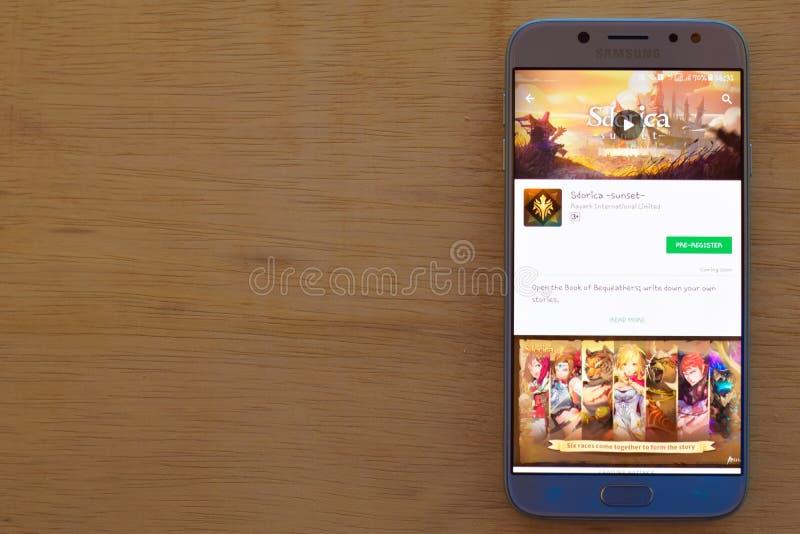 Sdorica - uso del revelador de la puesta del sol en la pantalla de Smartphone imágenes de archivo libres de regalías