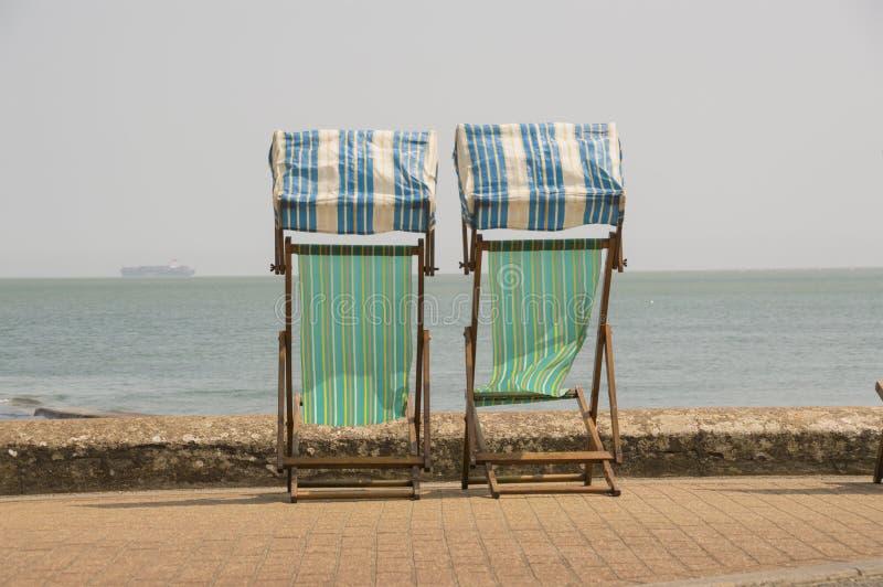 Sdrai tradizionali che guardano fuori al mare fotografie stock