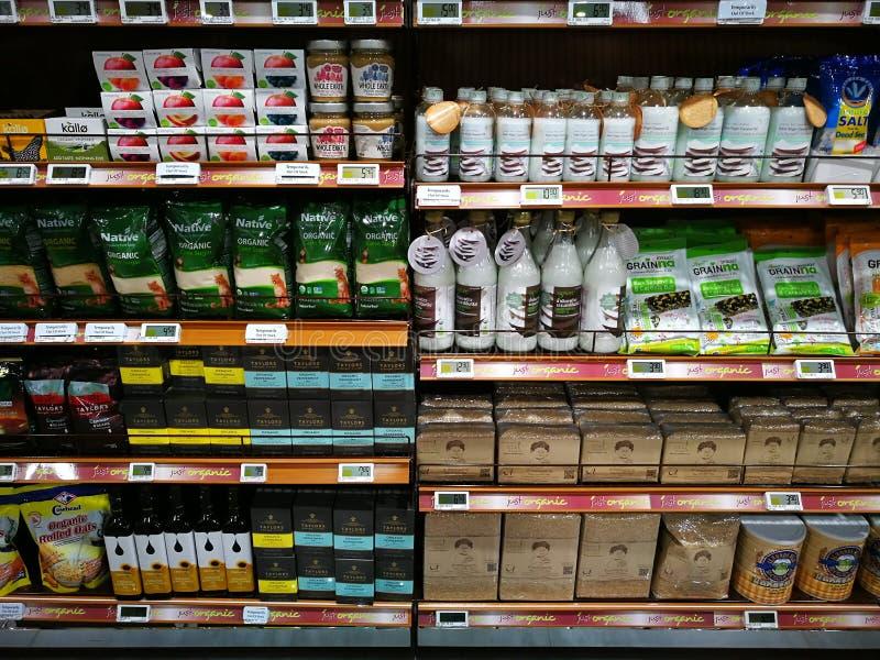 Seção bem escolhida saudável dos alimentos orgânicos, supermercado foto de stock