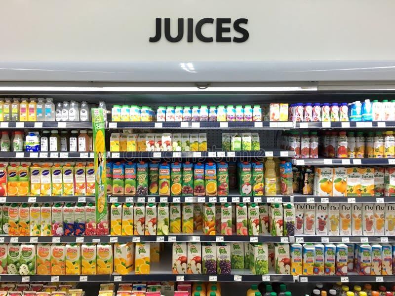 Seção do suco no supermercado imagem de stock