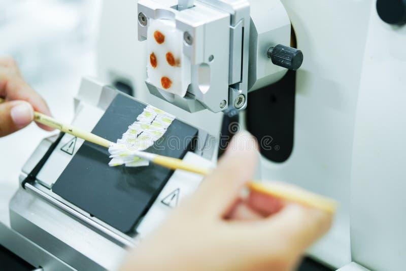 A seção giratória do Microtome para o diagnóstico na patologia faz o microsc imagens de stock