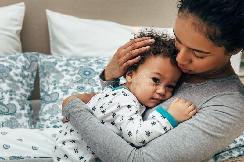 Seção meados de da mamã que leva seu bebê foto de stock royalty free