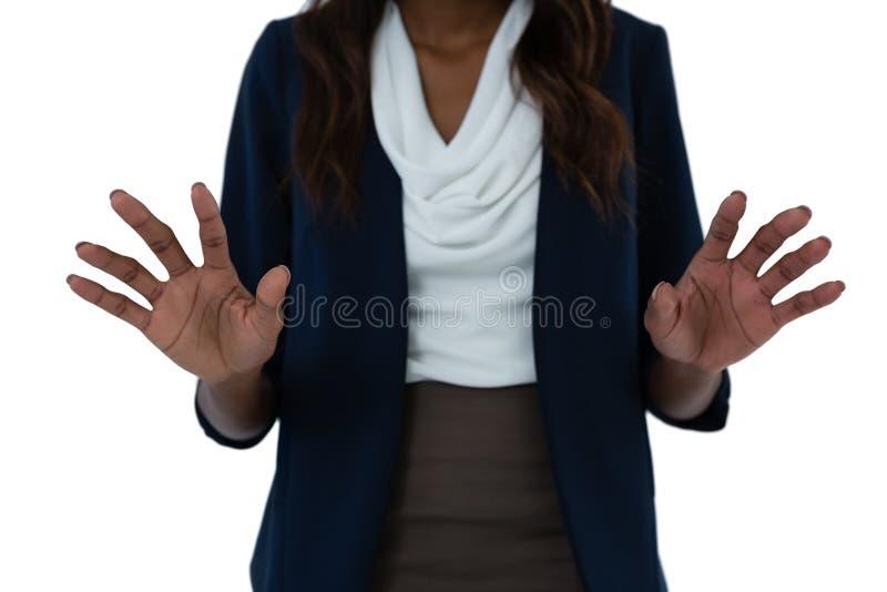 Seção meados de da mulher de negócios que usa a tela da relação imagens de stock
