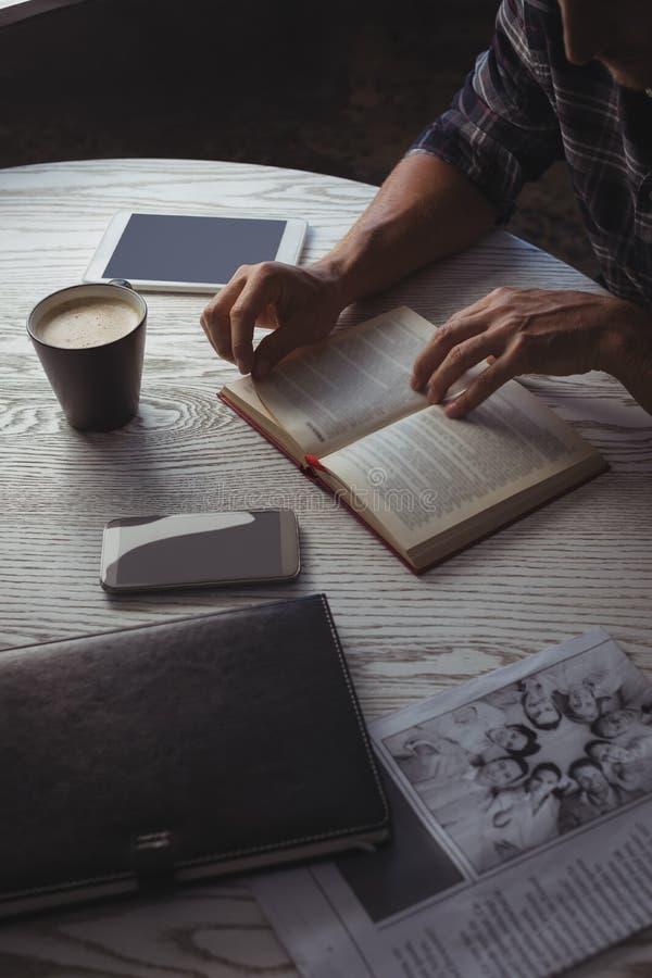 Seção meados de do compartimento da leitura do homem de negócios na tabela imagens de stock