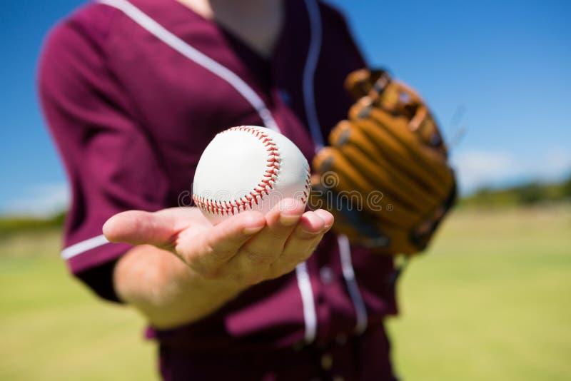 Seção meados de do jarro do basebol que guarda a bola na palma foto de stock royalty free