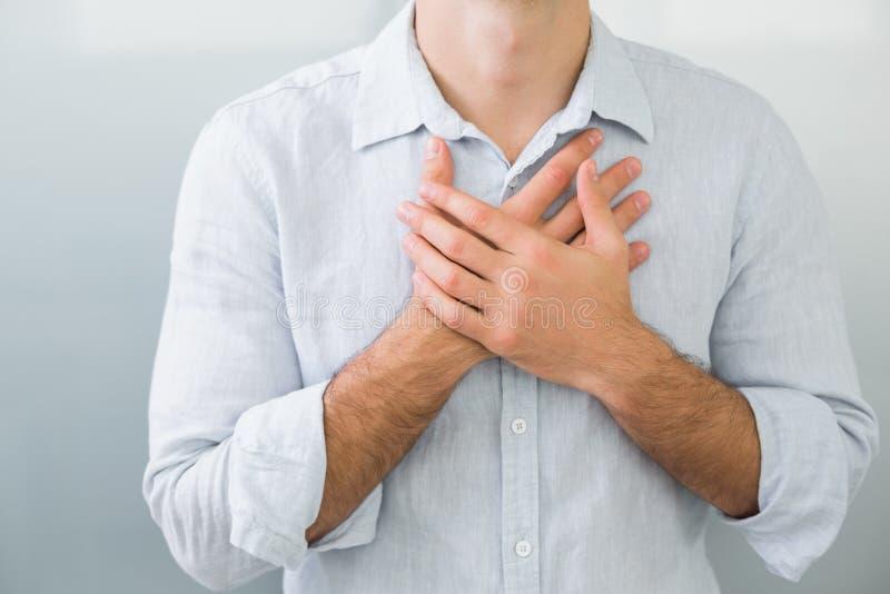 Seção meados de um homem com dor no peito imagem de stock royalty free