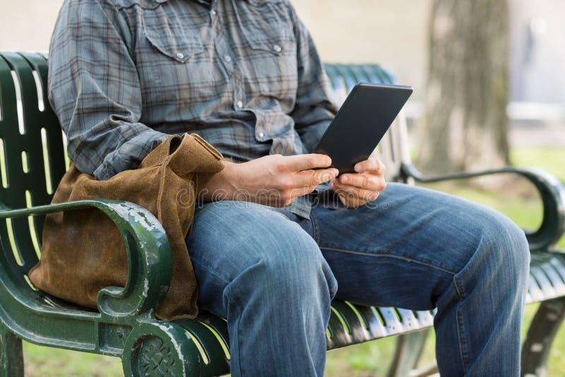 Seção mestra da estudante universitário Using Digital Tablet fotos de stock