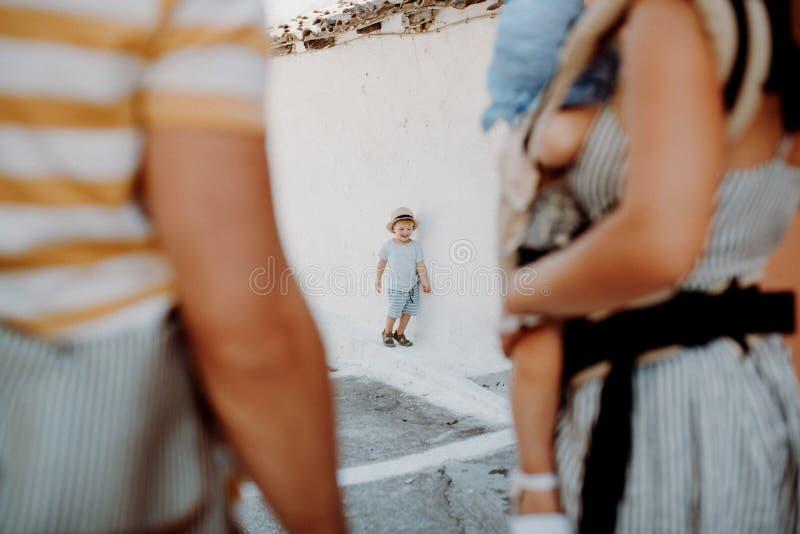 Seção mestra da família com as duas crianças da criança na cidade em férias de verão fotografia de stock royalty free