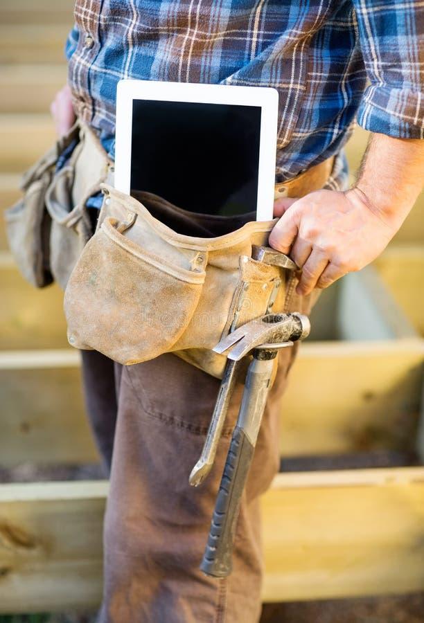 Seção mestra do carpinteiro With Tablet Computer e fotografia de stock royalty free