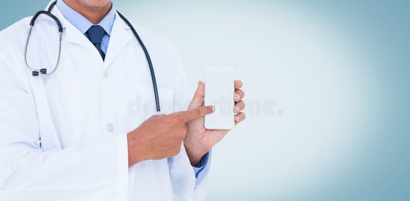 Seção mestra do doutor masculino que aponta no telefone celular fotos de stock royalty free