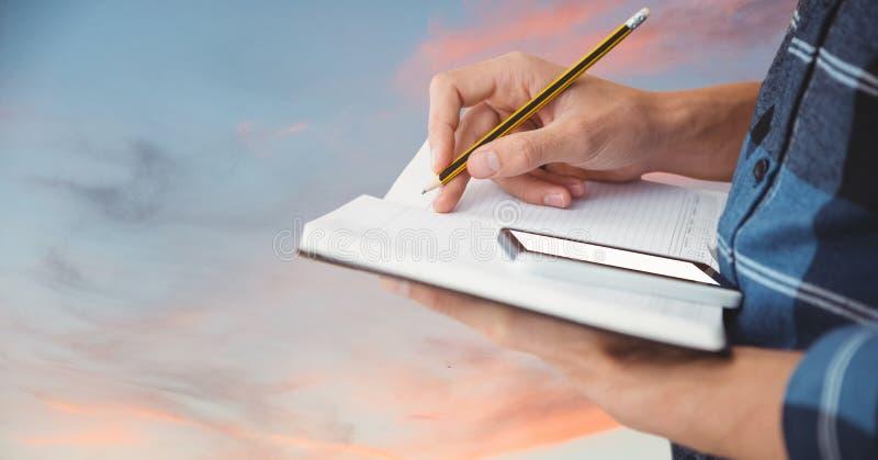 Seção mestra do homem de negócios com notas da escrita do telefone celular no livro imagem de stock