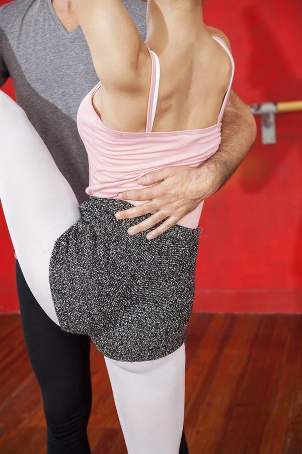 Seção mestra do instrutor Helping Ballet Dancer no estúdio foto de stock royalty free
