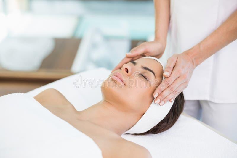 Seção mestra do massagista que faz massagens a jovem mulher imagem de stock