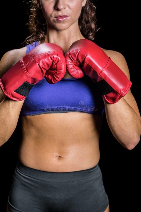Seção mestra do pugilista fêmea com posição de combate foto de stock