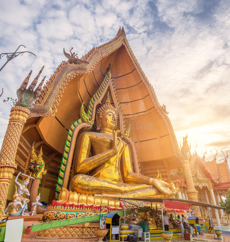 Señal Buda del templo con la estatua de oro de la pagoda en la puesta del sol fotografía de archivo libre de regalías