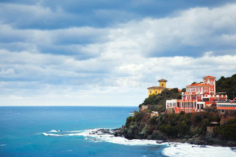 Señal de Castiglioncello en roca y el mar del acantilado Toscana, Italia foto de archivo