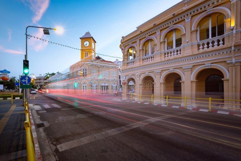 Señal de la ciudad vieja de Phuket con los edificios viejos en estilo chinoportugués fotos de archivo libres de regalías