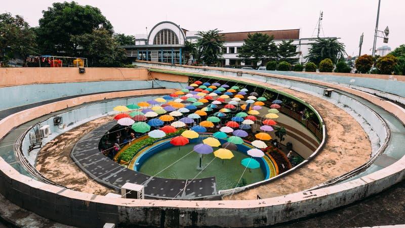 Señal de la instalación colorida de los paraguas en el paso inferior peatonal en Kota Tua fotografía de archivo