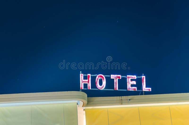 Señal de neón con el hotel de la palabra foto de archivo