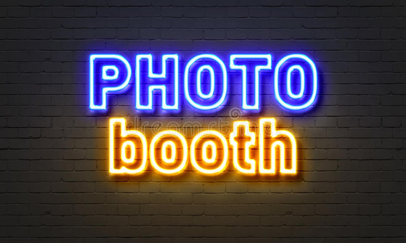 Señal de neón de la cabina de la foto en fondo de la pared de ladrillo imágenes de archivo libres de regalías