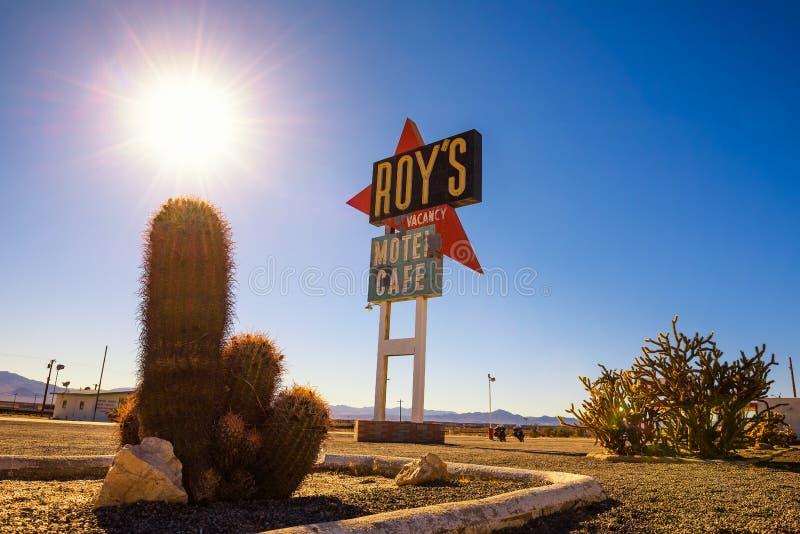 Señal de neón del vintage del motel y del café del ` s de Roy en Route 66 fotografía de archivo